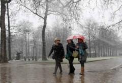 Vreme rece şi ploi în majoritatea regiunilor ţării, până mâine seară
