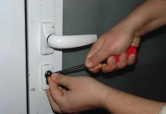 Dosar penal pentru o femeie care a furat o ușă de la un bloc din Ploiești