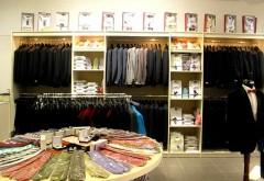 Casierul unui magazin, cercetat după ce a vândut haine, însuşindu-şi banii