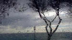 Vânt puternic şi precipitaţii la nivelul întregii ţări, până vineri după-amiază