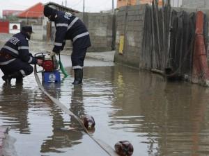 Gospodarii inundate on Plopeni Sat din cauza unei conducte de apa care s-a spart