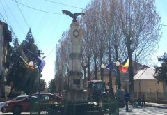 Se întâmplă în Prahova: Un vultur monument, motiv de dispută între un primar şi localnici