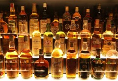 Arestați după ce au furat două sticle de whisky dintr-un magazin din centrul Ploieştiului