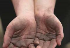 Dosar penal pentru o tânără din Ploieşti care se foloosea de un minor la cerșit