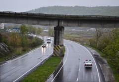 Podul de cale ferată de peste DN1, din zona Câmpina, se afundă ușor în sare