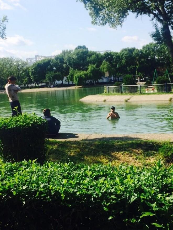 Fenomen straniu: Din lacul de la Sala Sporturilor au inceput sa iasa oameni in fundul gol!