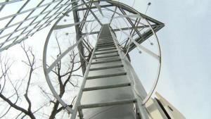Tentativă de SUICID la Azuga! Un bărbat ameninţă că se aruncă de pe un turn de 50 de metri