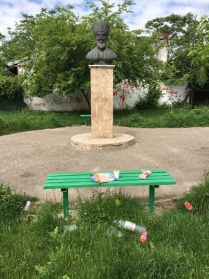 Bataie de joc! Bustul lui Ienachita Vacarescu, macinat de nepasarea administratiei locale