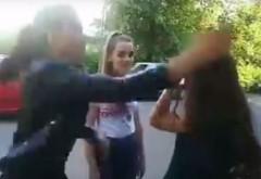 Motivul pentru care s-au bătut cele trei eleve filmate la Ploieşti. Ce a făcut victima