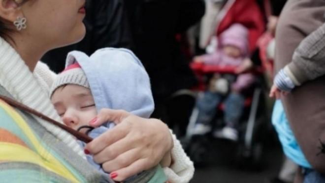 9 prahoveni, anchetaţi pentru înşelăciune în legătură cu idemnizaţie de creştere a copilului