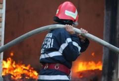 Incendiu la Drăgăneşti! O casă şi o anexă gospodărească sunt în flăcări