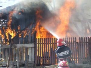Incendiu la Valea Călugărească! Un bărbat este rănit
