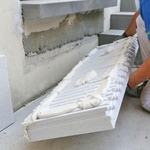 Un prahovean care încerca să îşi izoleze apartamentul- la spital după ce a căzut de pe schelă