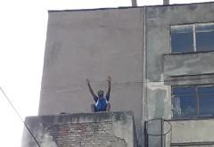 """Un barbat ameninta ca se arunca de pe blocul """"7 etaje"""""""