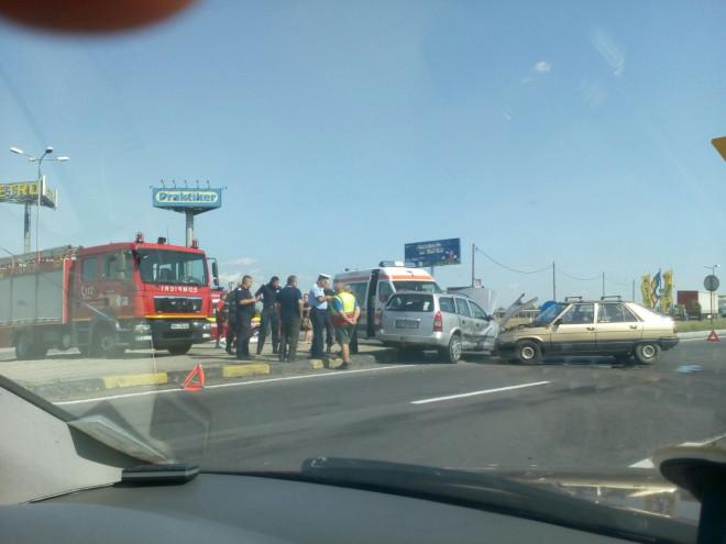 Accident cu TREI maşini în sensul giratoriu de la Metro