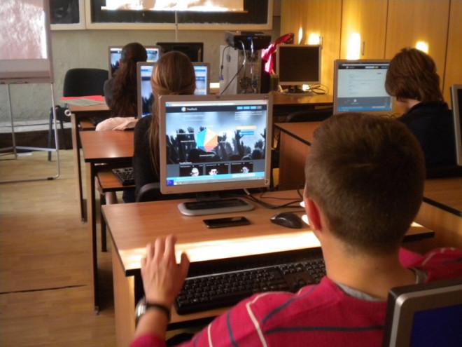 Elevi, atentie la pericolele din mediul online! Masuri de prevenire a escrocheriilor, de la Politia Prahova