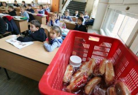 A inceput distribuirea de lapte si cornuri in scolile din Prahova