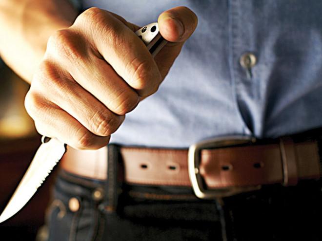 Pericol, pe srazile din Ploiesti. Un barbat care ascundea un cutit sub geacã, prins de politisti pe str. Moldoveanu Marian