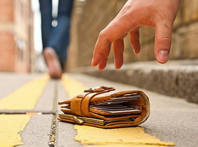 Încă un portofel cu bani, găsit în Ploieşti şi predat Poliţiei. Se caută proprietarul