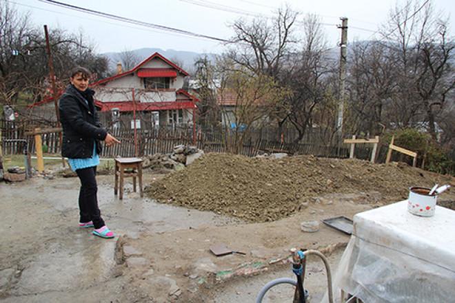 In pragul iernii, o femeie din Comarnic luptă din răsputeri să-și ridice o nouă casă în locul celei distruse de incendiu!