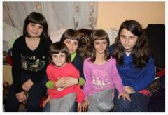 Cinci fete din Vâlcănești, orfane de mamă, au nevoie de noi! Pentru ele, Mos Craciun a murit.