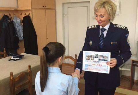 O fetiţă de 11 ani din România felicitată de Poliţişti că i-a filmat pe hoţi cu telefonul mobil