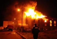 Incendiu PUTERNIC in Comarnic. Ard doua case