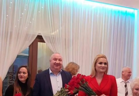 Revelionul pensionarilor Ploiesti. Parlamentarii PSD prahoveni le-au daruit flori doamnelor
