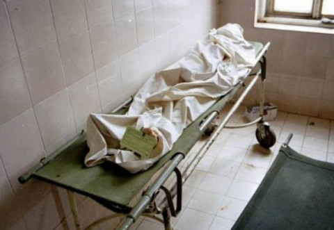 Caz sinistru la morga spitalului. Rudele unei femei decedate susţin că au găsit-o la morgă cu un pampers înfăşurat pe cap