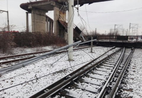 La un pas de tragedie! PASARELA cazuta peste sinele de tren, la Gara de Vest. Circulatia feroviara, blocata!