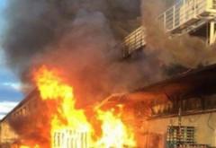 Un magazin Carrefour a luat foc: Pompierii încearcă să limiteze pagubele / VIDEO