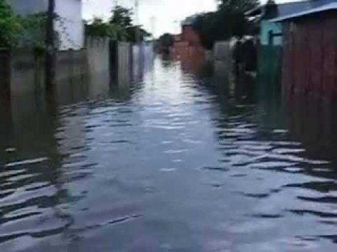 Inundatii in Prahova, la Sinaia si Barcanesti. Mai multe gospodarii si o benzinarie, afectate