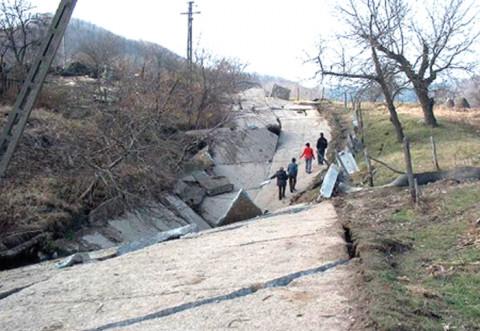 Prahova: Alunecări de teren, reactivate în mai multe localităţi; case, drumuri şi poduri - afectate