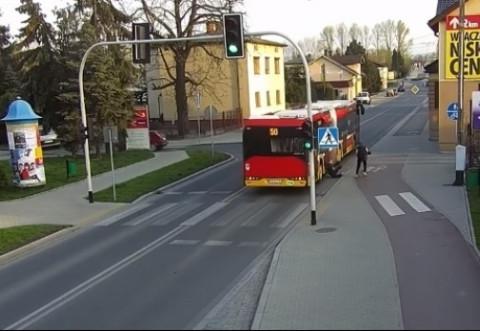 Elevă aruncată în faţa unui autobuz de o prietenă/ VIDEO
