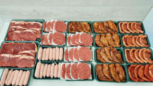 Un supermarket din Ploiesti, furat de sofer! 25 de kg de carne au fost sustrase din masina de transport