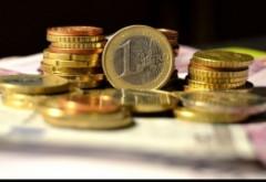 VEŞTI BUNE pentru românii cu credite în Euro. Moneda scade la un nou MINIM istoric