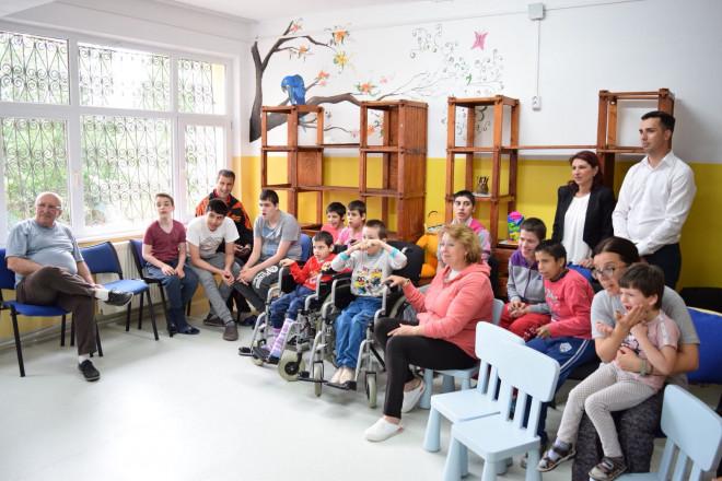 """Un grup de tineri din Ploiesti a organizat un spectacol-surpriza pentru copiii de la Centrul """"Sf. Andrei"""""""