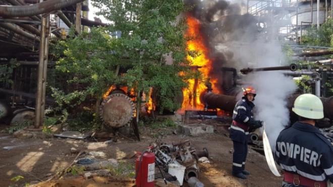 Incendiu puternic la fosta Rafinărie Astra din Ploieşti. Fumul gros, vizibil de la distanţă