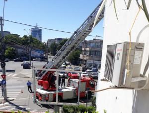 Pericol pe strada Ștefan cel Mare! Pică table de pe un bloc!