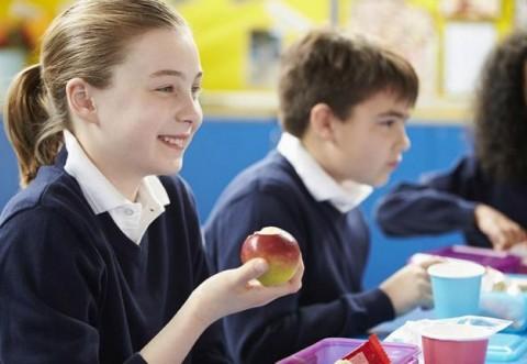 """Elevii vor primi fructe, lapte şi produse de panificaţie prin noua iniţiativă """"Programul pentru şcoli"""""""