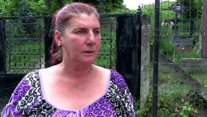 O fetiță din Vaslui era legată cu lanțul de copac, arsă cu fierul de călcat și obligată să asiste la desfrâul mamei sale