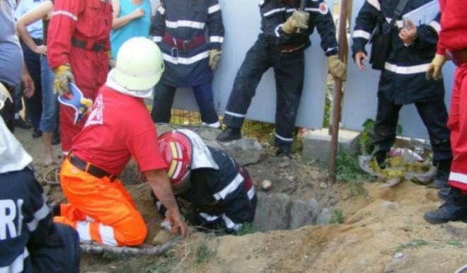 Un barbat din Cornu, scos de pompieri dintr-o fosa septica. Ce patise