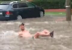 Ploaia a făcut prăpăd în București. Imagini virale cu un bărbat care se bălăcește în mijlocul unui bulevard