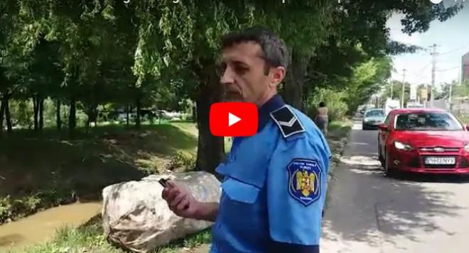 Înjurături și amenințări. Doua tigãnci, surprinse de Poliția Locală aruncând gunoaie de Dâmbu, la nici o saptamana de la igienizarea paraului