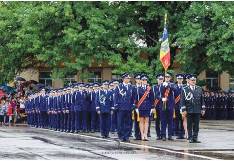 Peste o mie de absolvenţi ai instituţiilor Şcolilor de Poliţie şi de Pompieri din Prahova au depus jurământul de absolvire
