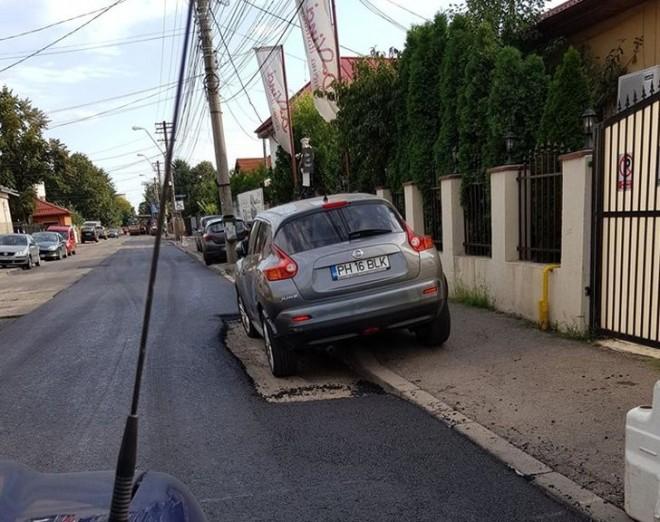Vai de capul nostru! Politia n-a reusit sa afle a cui e masina, asa ca muncitorii au asfaltat pe langa... In Ploiesti, pe strada Bobalna