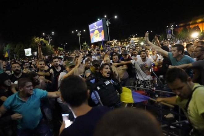 Femeie-jandarm, smulsa din duba si batuta de zeci de manifestanti. Tanara are coloana rupta si se lupta pentru viata ei