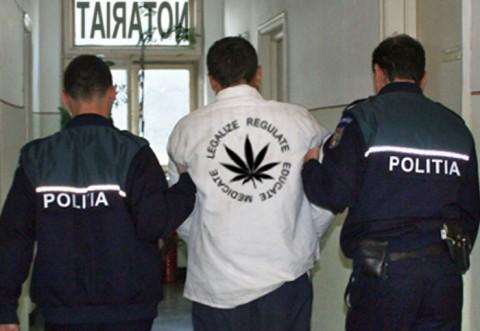 """Drogat, in centrul Ploiestiului, la """"tarabe""""! Politistii l-au prins cu marijuana in buzunar"""
