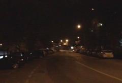 Dupa ce ca sunt vechi si abia mai lumineaza, becurile stradale s-au pitit si dupa copaci. Primaria si SGU dorm