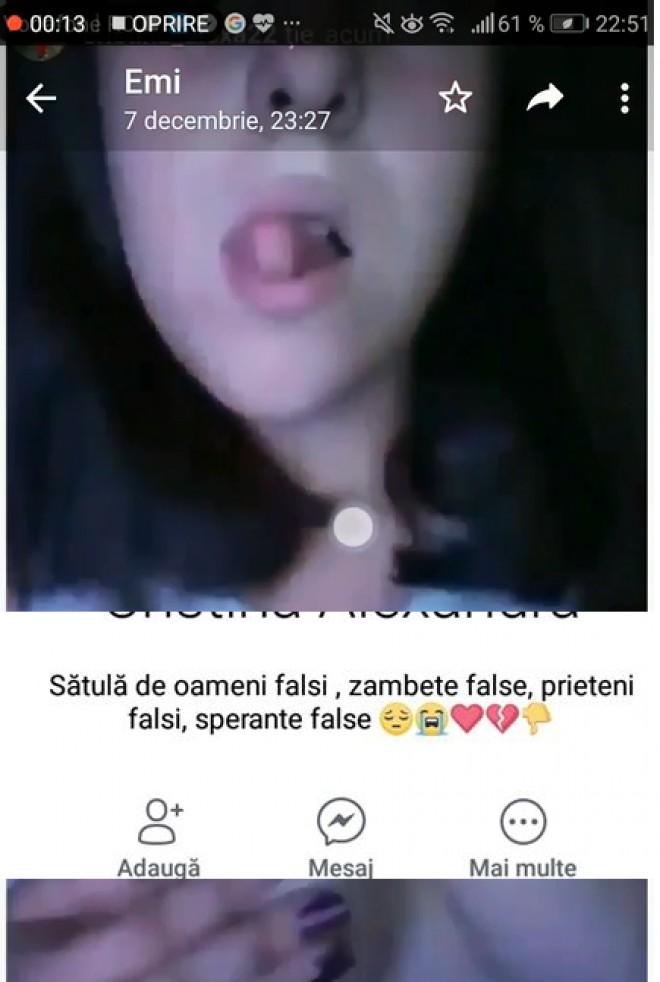 "Of, Doamne! Pe Facebook se da ""Satula de oameni falsi"", dar e disperata sa se dezbrace la camera :))) Priviti cum scoate limba cand isi arata sânii pe videochat"